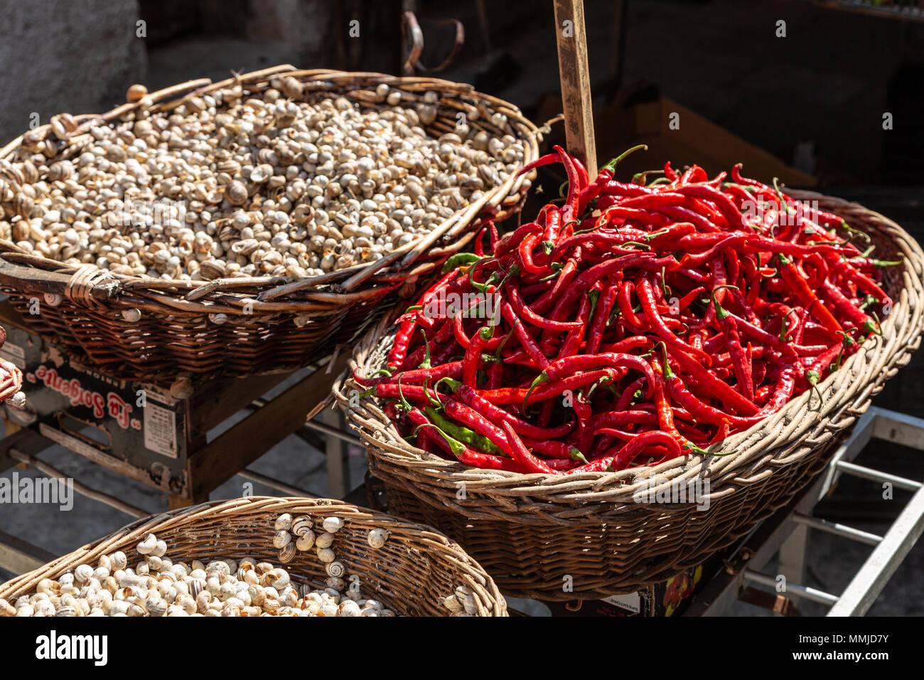 Schnecken und Chili am Marktstand, Palermo, Sizilien Stockbild