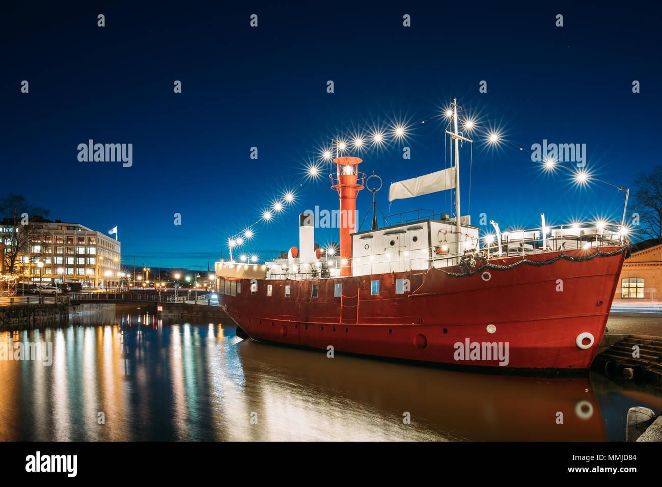 Helsinki, Finnland. Günstig Steamboat Restaurant am Abend Nacht Illuminationen. Stockbild