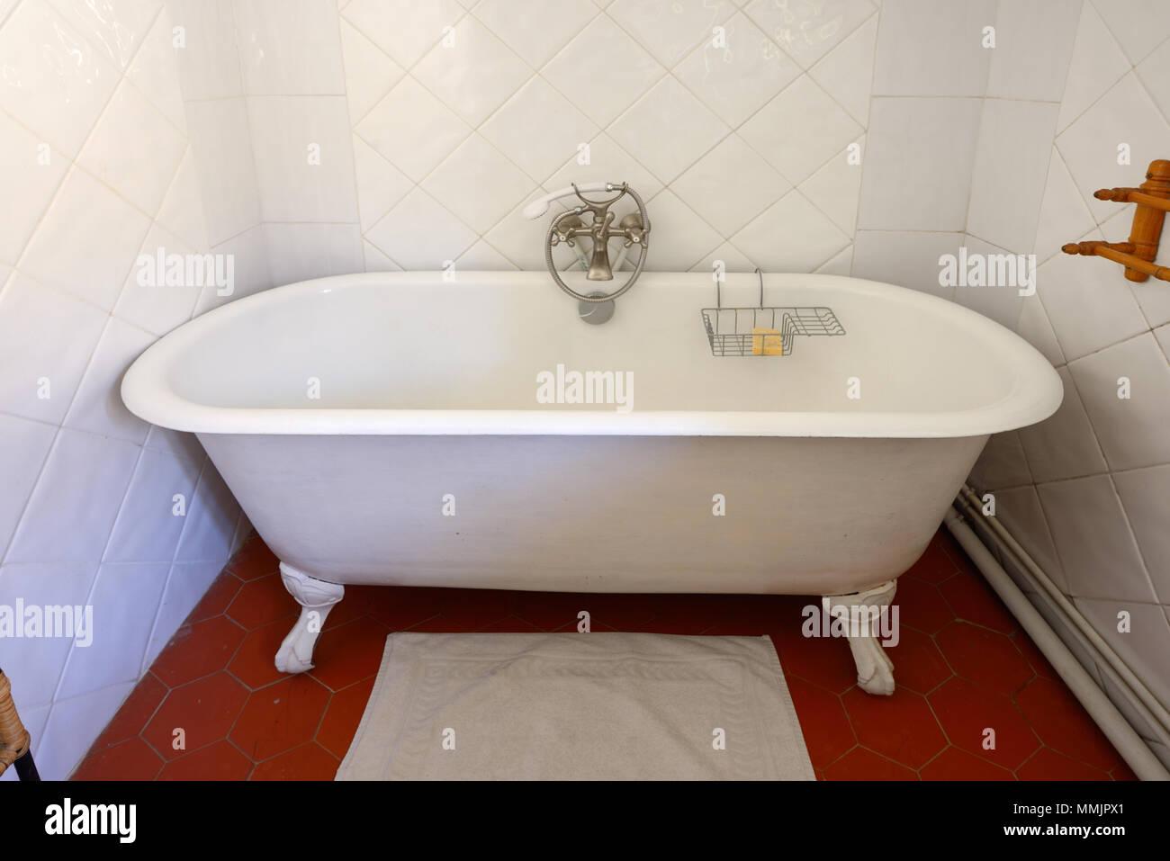 ? oder Vintage Cast Iron, Badewanne oder Dusche Stockbild