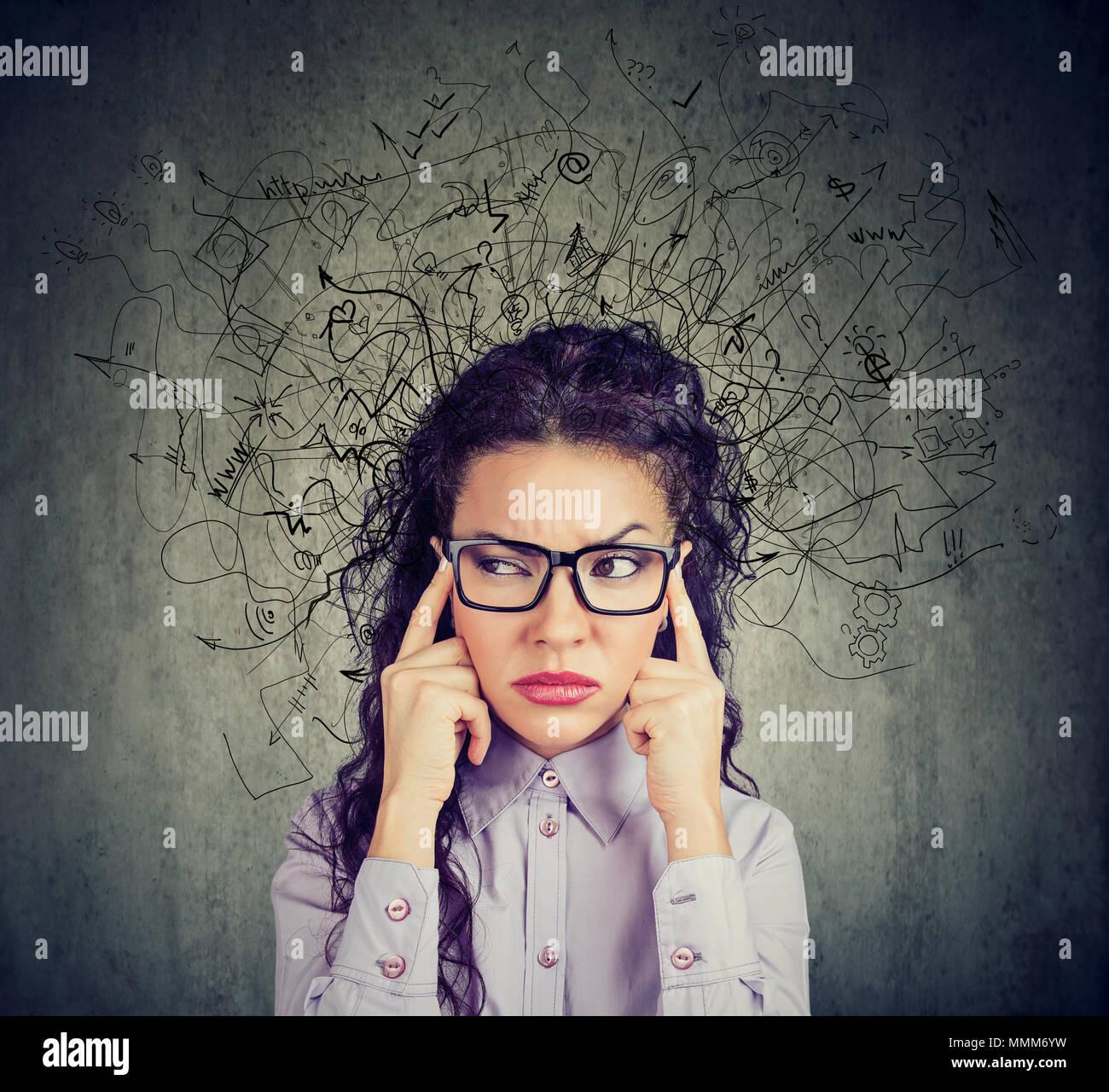 Nachdenklich betonte junge Frau mit einem Chaos in ihrem Kopf Stockbild