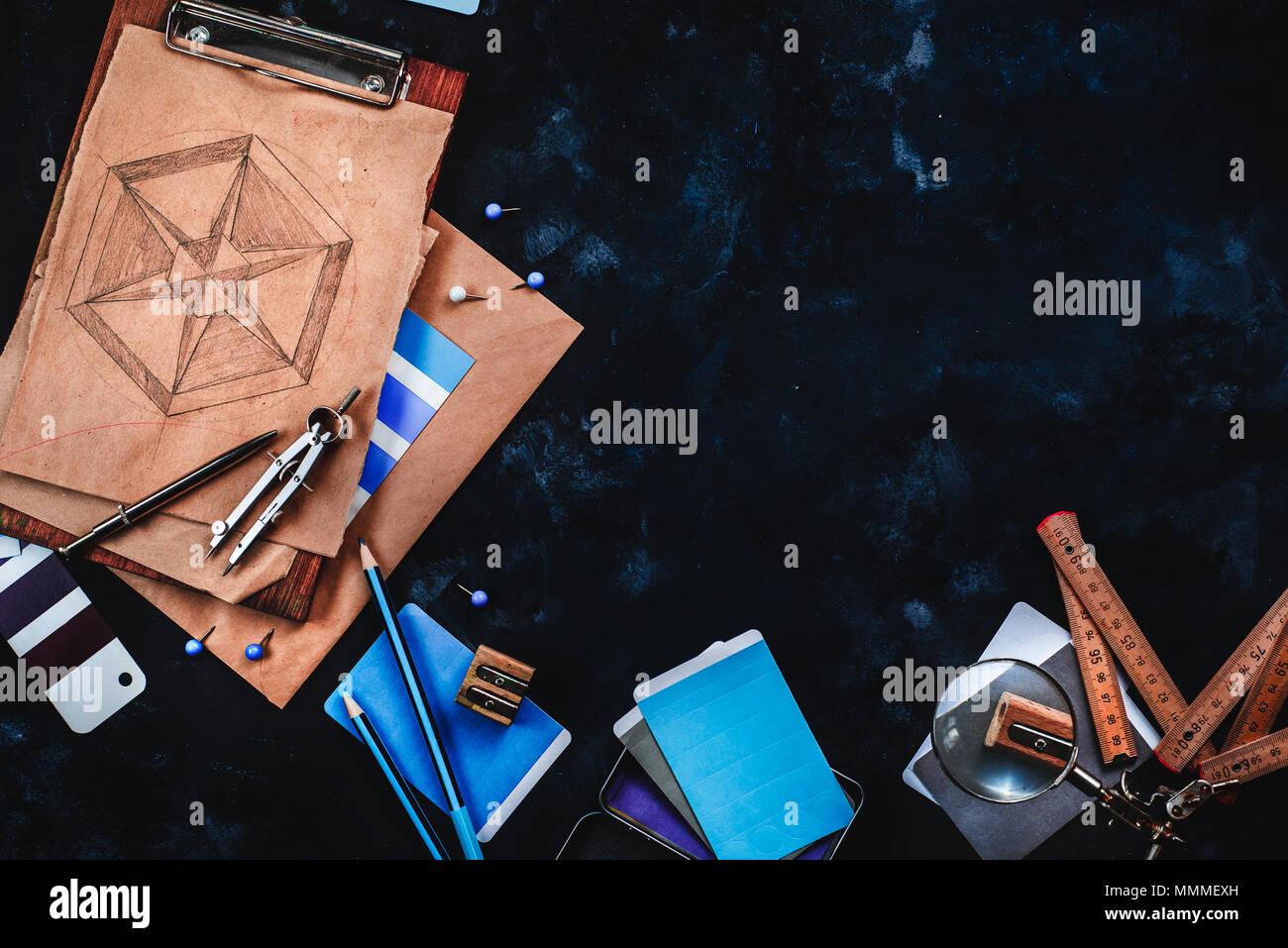 Stiftleiste mit Zeichner oder Konstrukteur Arbeitsplatz mit Handwerk Papier, Skizzen, Zirkel, Lineale, Ablagen und Bleistifte auf einem dunklen Stein Hintergrund. Ansicht von oben Stockbild