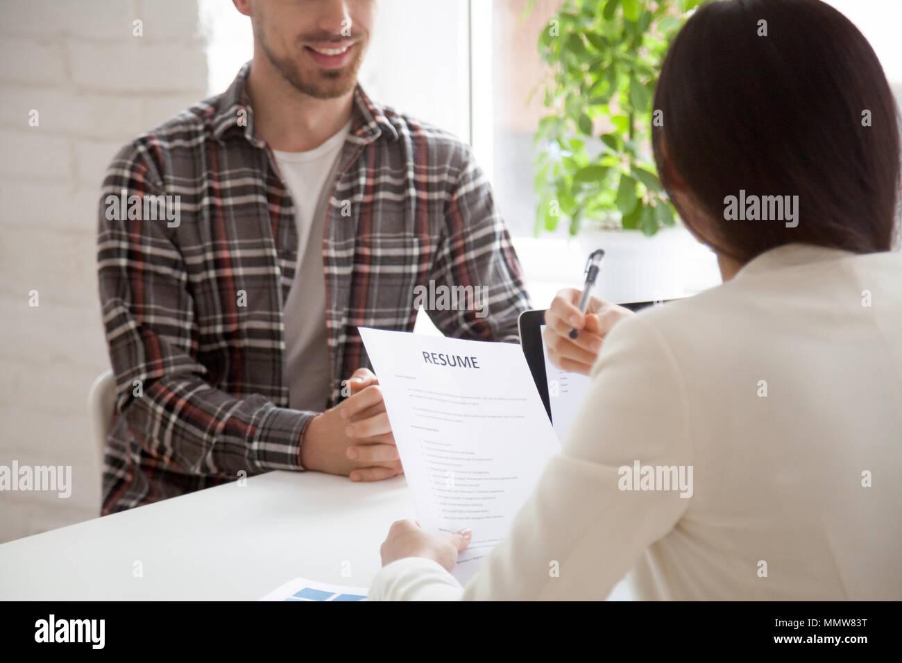 Hr manager Holding lesen lächelnd Bewerber Lebenslauf an die Inte