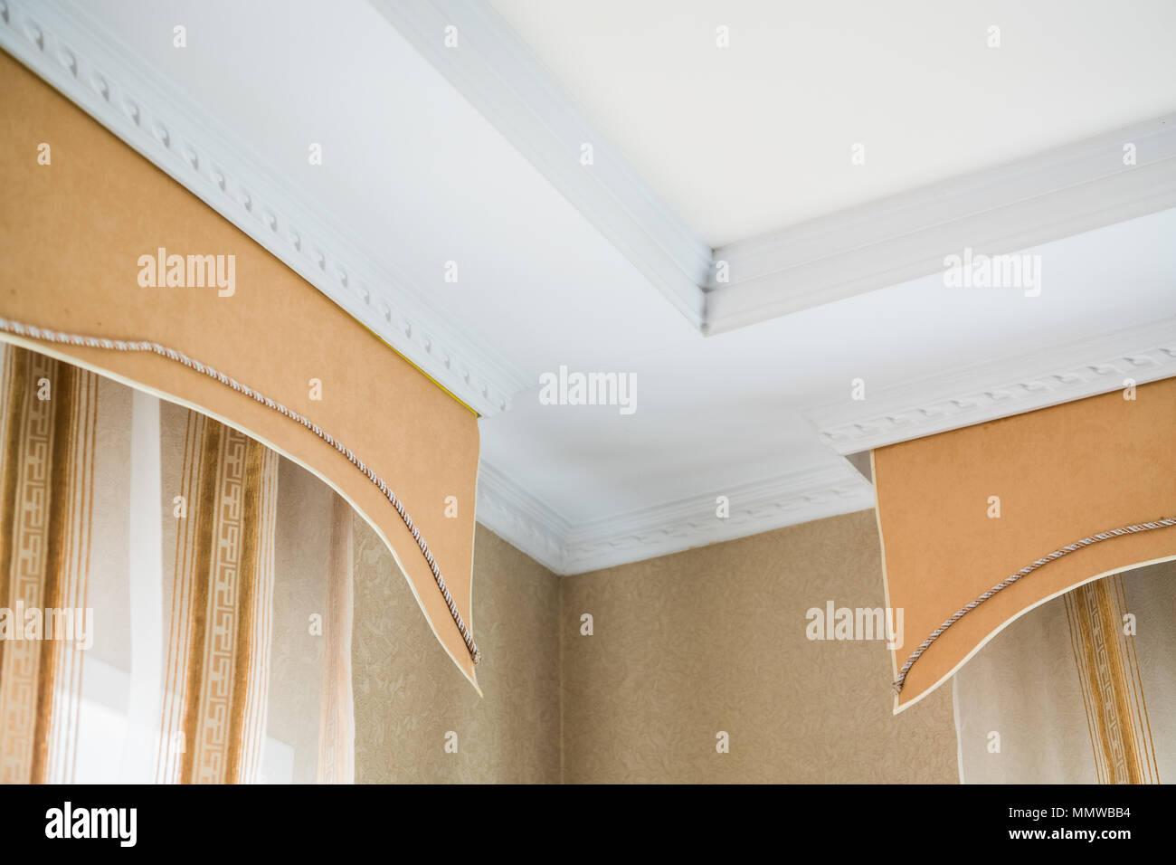 stuck an der decke und vorhänge in reichen wohnung stockfoto, bild