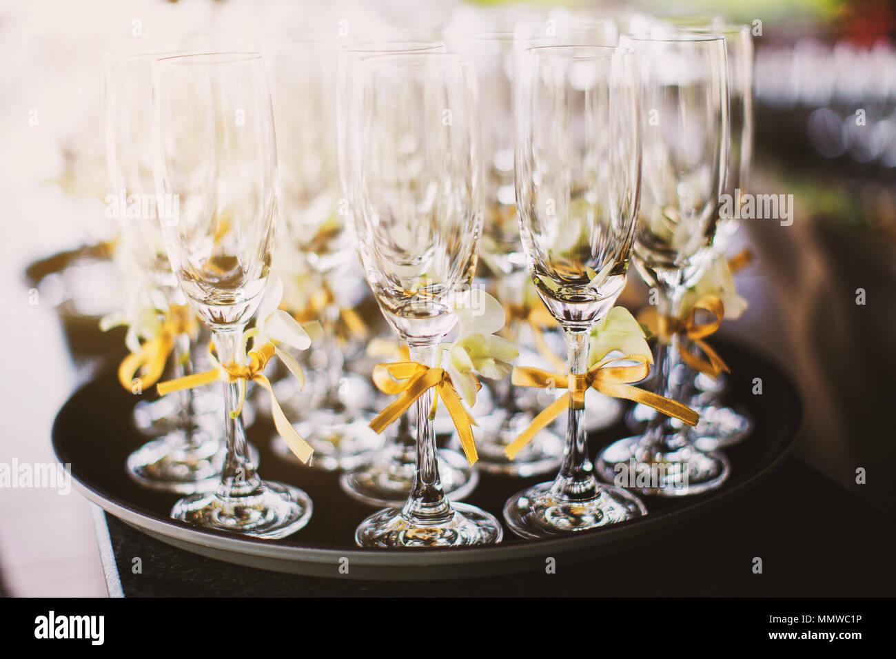 Eine Reihe Von Hohe Weingläser Dekoration Mit Gold Farbband Auf Das