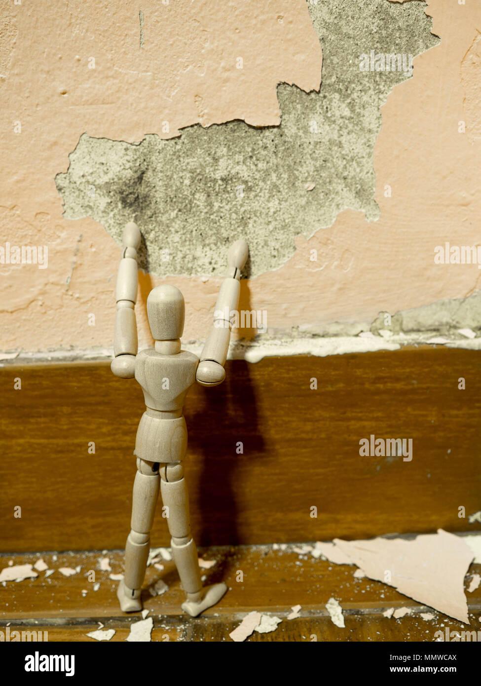 Hölzerne Marionette versucht, alte Farbe peeling verputzten ...