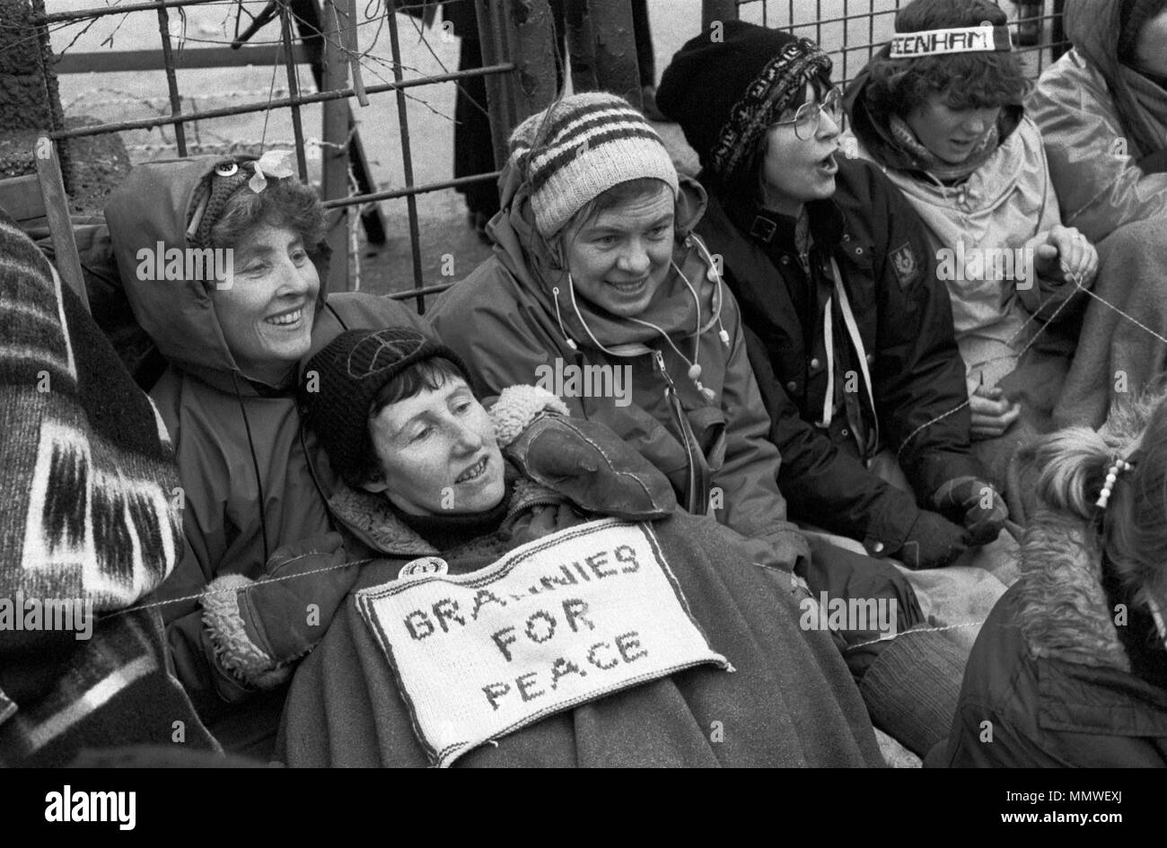 Greenham Common Frauen Friedenscamp. Omas für Frieden, ältere Frauen sitzen Protest 1985, 1980 s UK HOMER SYKES Stockbild