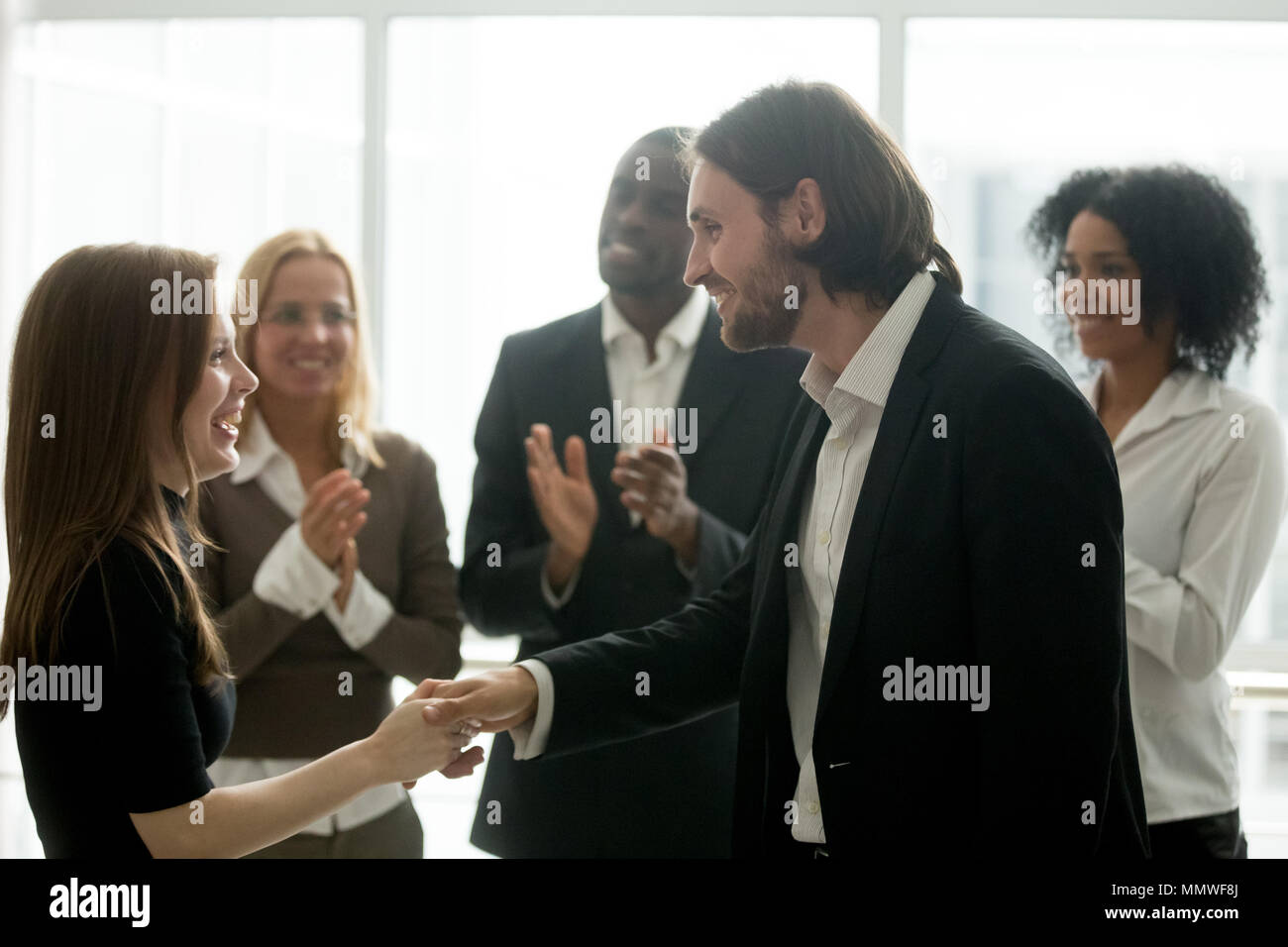 Lächelnd boss Handshaking gerne weibliche Mitarbeiter Förderung rewardi Stockbild