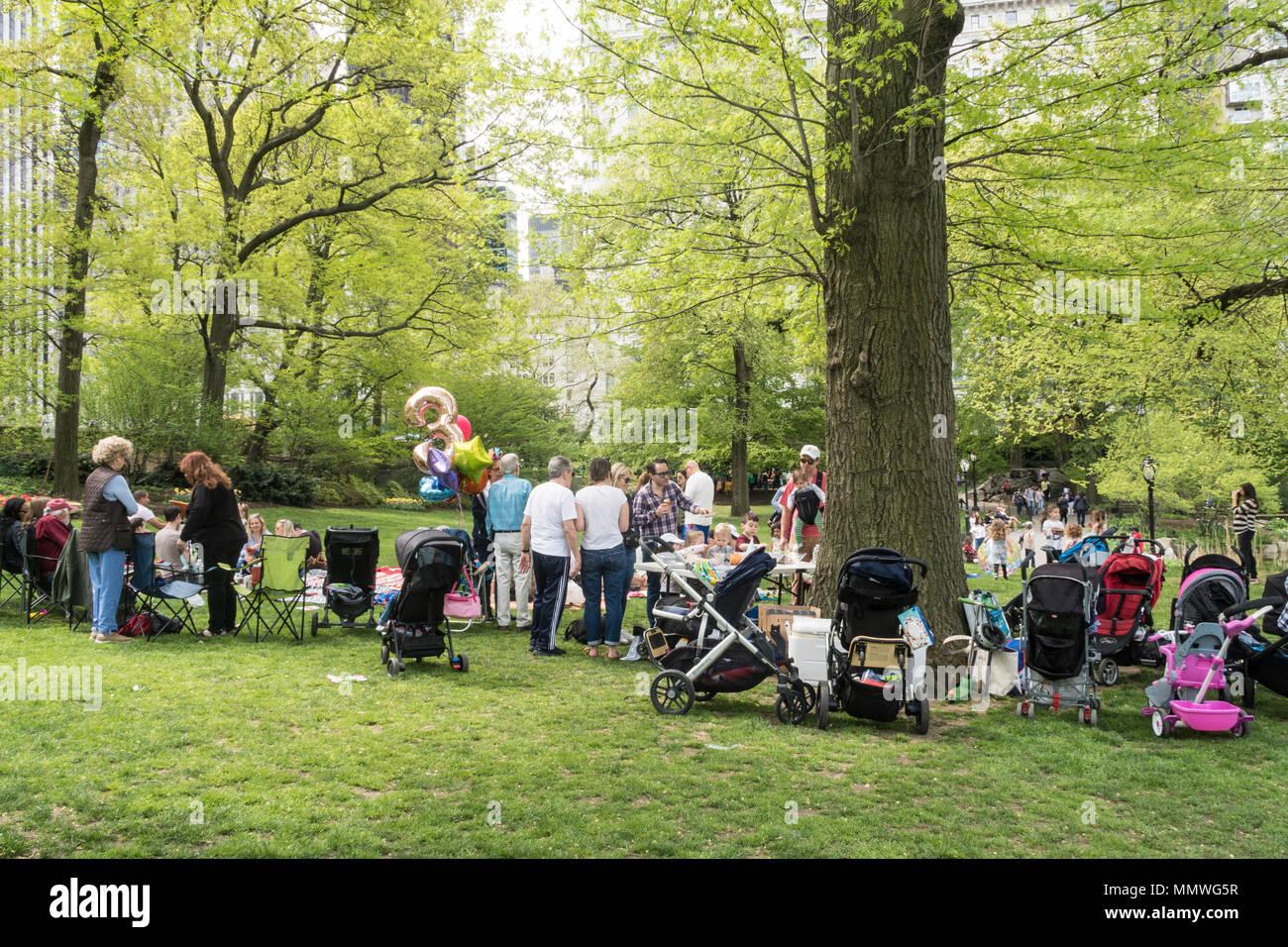 Familien Versammeln Sich Fur Geburtstag Eines Kindes In Der Nahe Des Teiches Central Park
