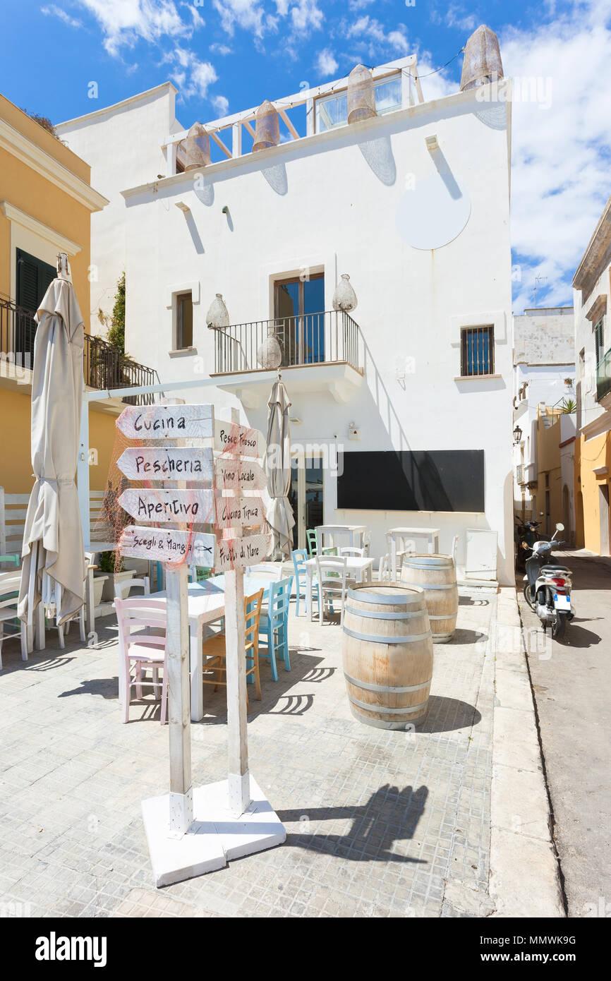 Gallipoli, Apulien, Italien - Winzige liettle Restaurant mit farbenfrohem Interieur Stockfoto
