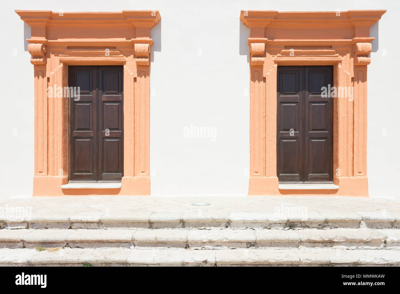 Gallipoli, Apulien, Italien - Zwei Lachs im mittleren Alter Scheune Türen Stockfoto