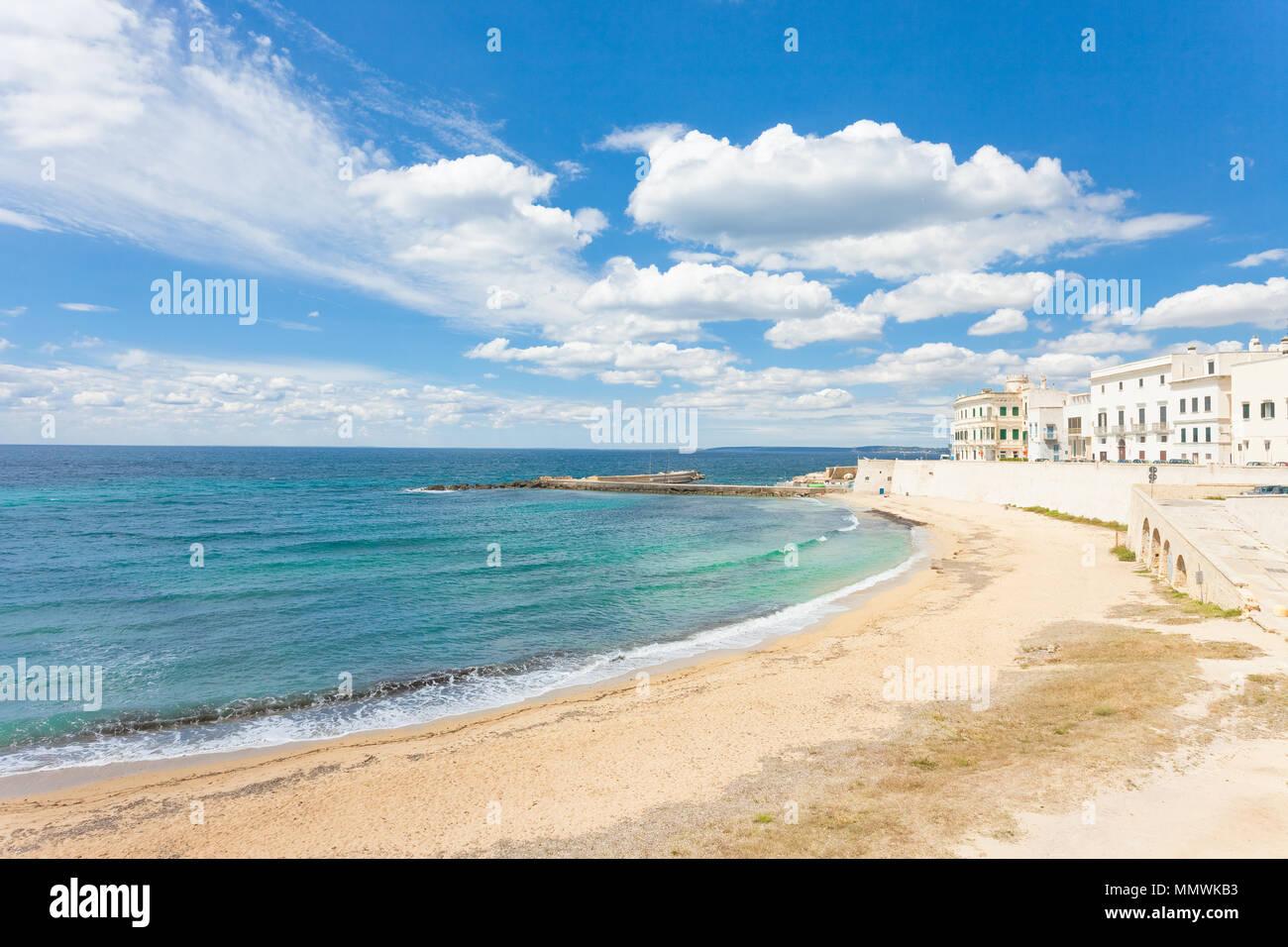 Gallipoli, Apulien, Italien - Sonnenschein am breiten Strand von Gallipoli Stockfoto