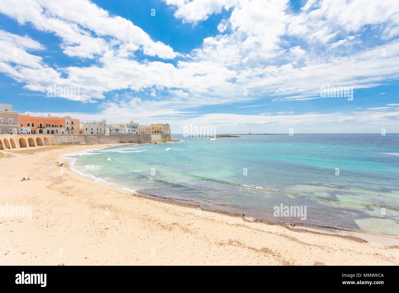 Gallipoli, Apulien, Italien - Relaxen am Strand von einem mittleren Alter Stadt Stockfoto
