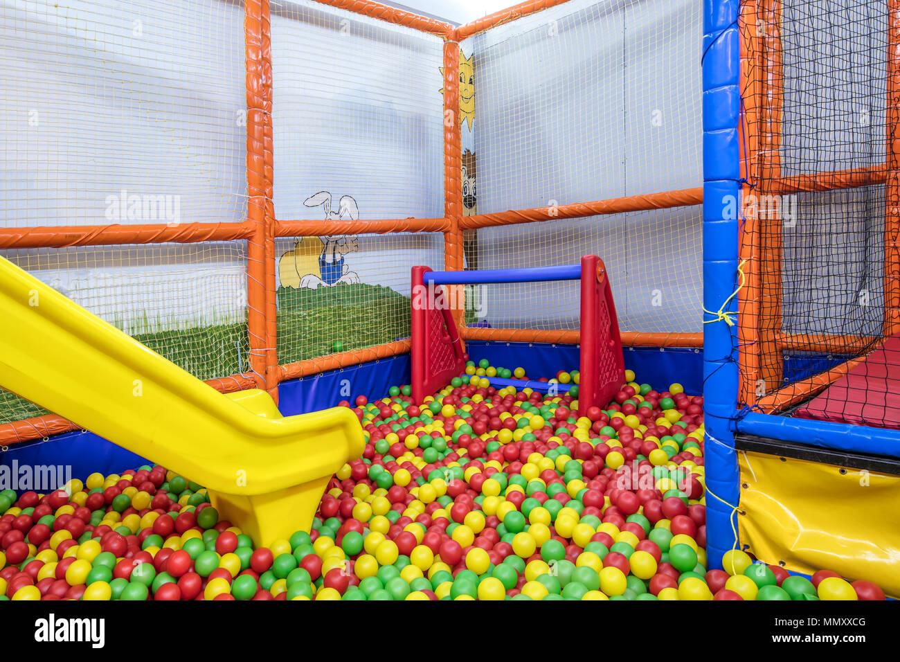 Istanbul Turkei 30 April 2018 Kinderspielplatz Im Restaurant Urlaub Party Fur Kinder Ein Spielzimmer Eine Box Gefullt Mit Kleinen Farbigen B Stockfotografie Alamy