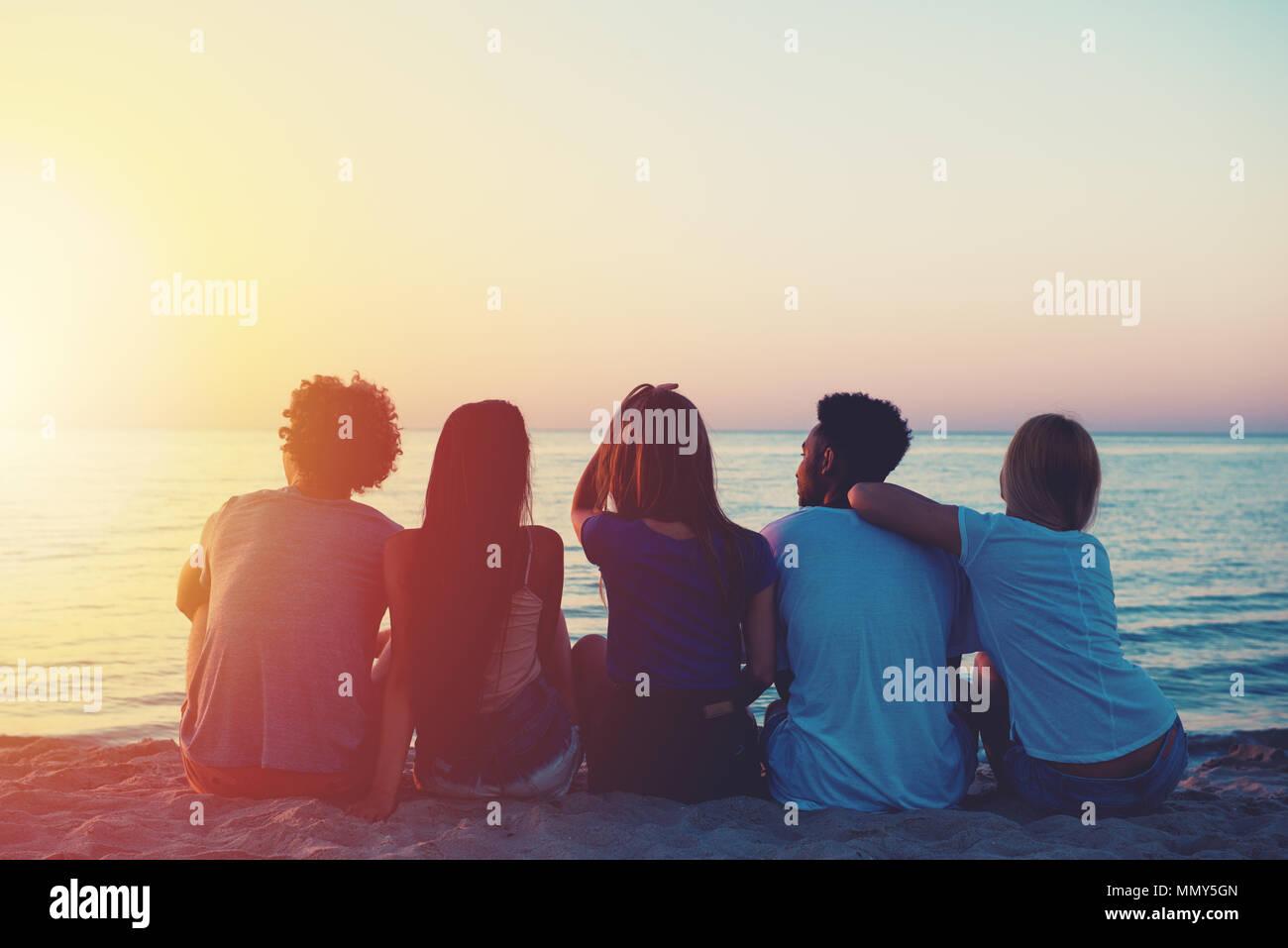 Gruppe der glücklichen Freunde am Strand Stockbild