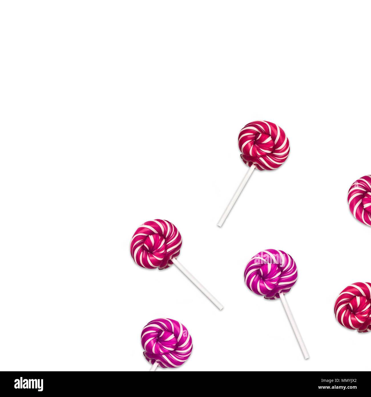 Lollipop Flach minimalen Begriff viele klassische runde Lutscher liegen auf weißem Hintergrund Trendy foto Mockup für Banner, Poster, Web Stockbild