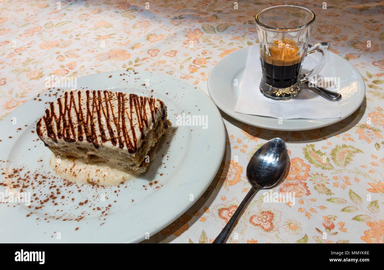 Tiramisu und Espresso Stockbild