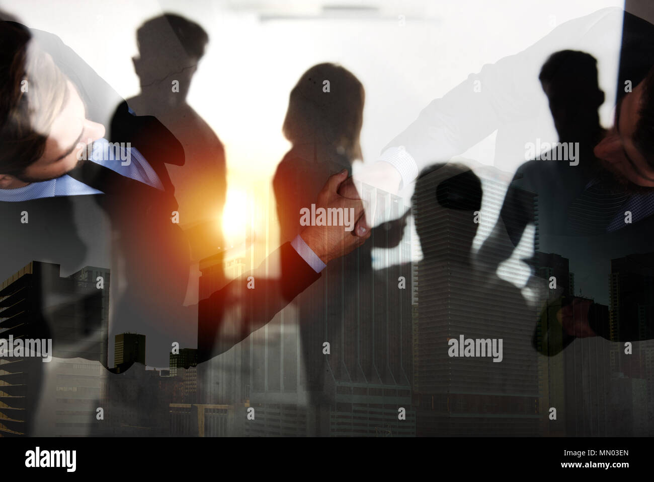 Handshaking business Person im Büro. Konzept der Teamarbeit und Partnerschaft. Double Exposure Stockbild