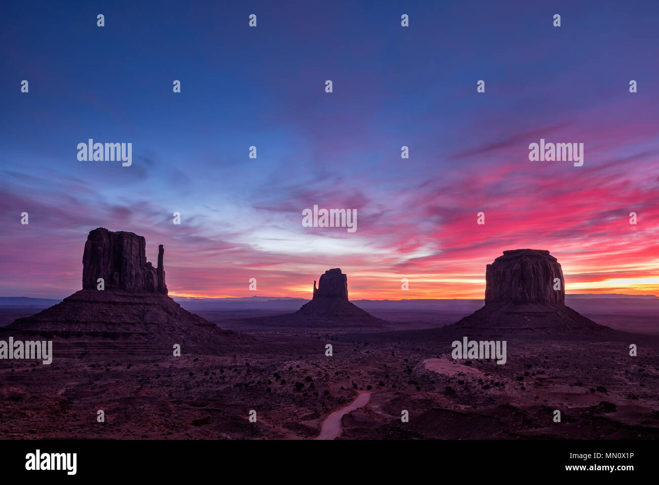 Bunte sunrise Landschaft Blick auf Monument Valley National Park, Arizona, USA Stockfoto