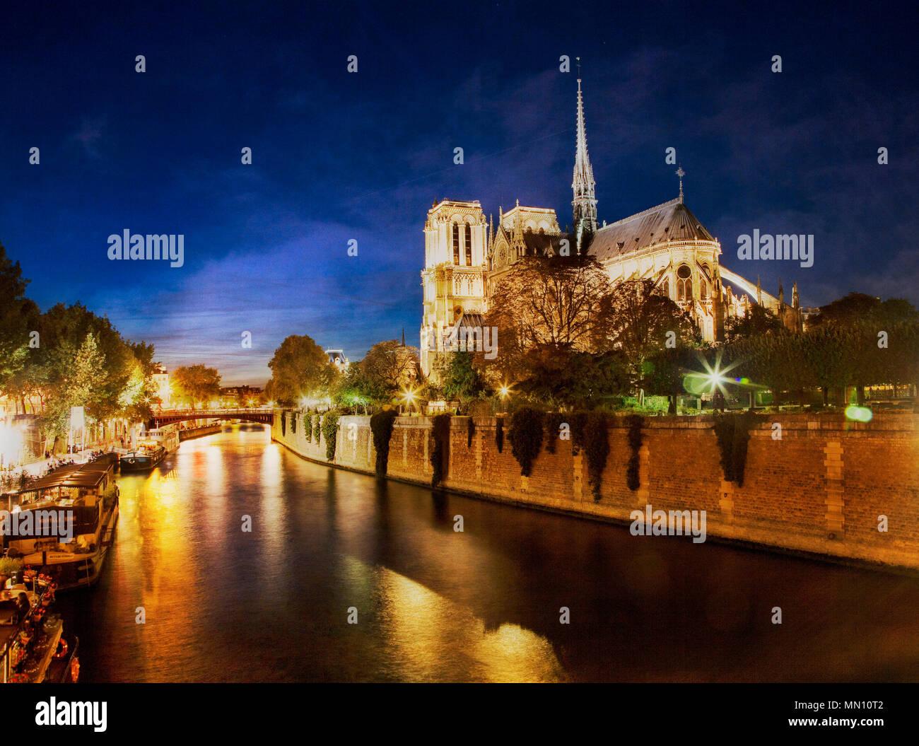 Nachts kommt über Notre Dame auf der Seine. Paris, Frankreich. Stockbild