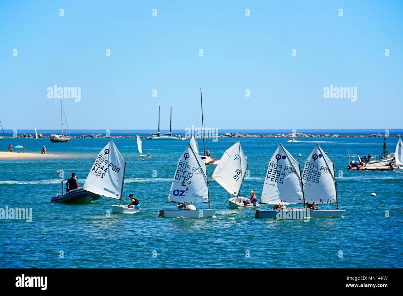 Leute segeln in Optimist Dinghy Boote auf dem Fluss Arade, Ferragudo, Algarve, Portugal, Europa. Stockbild