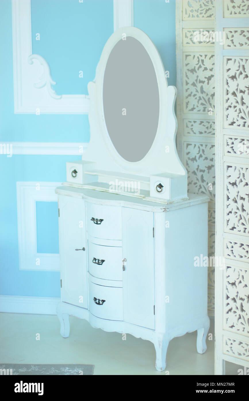 Elegante Weisse Kommode In Einem Luxuriosen Schlafzimmer Stockfoto
