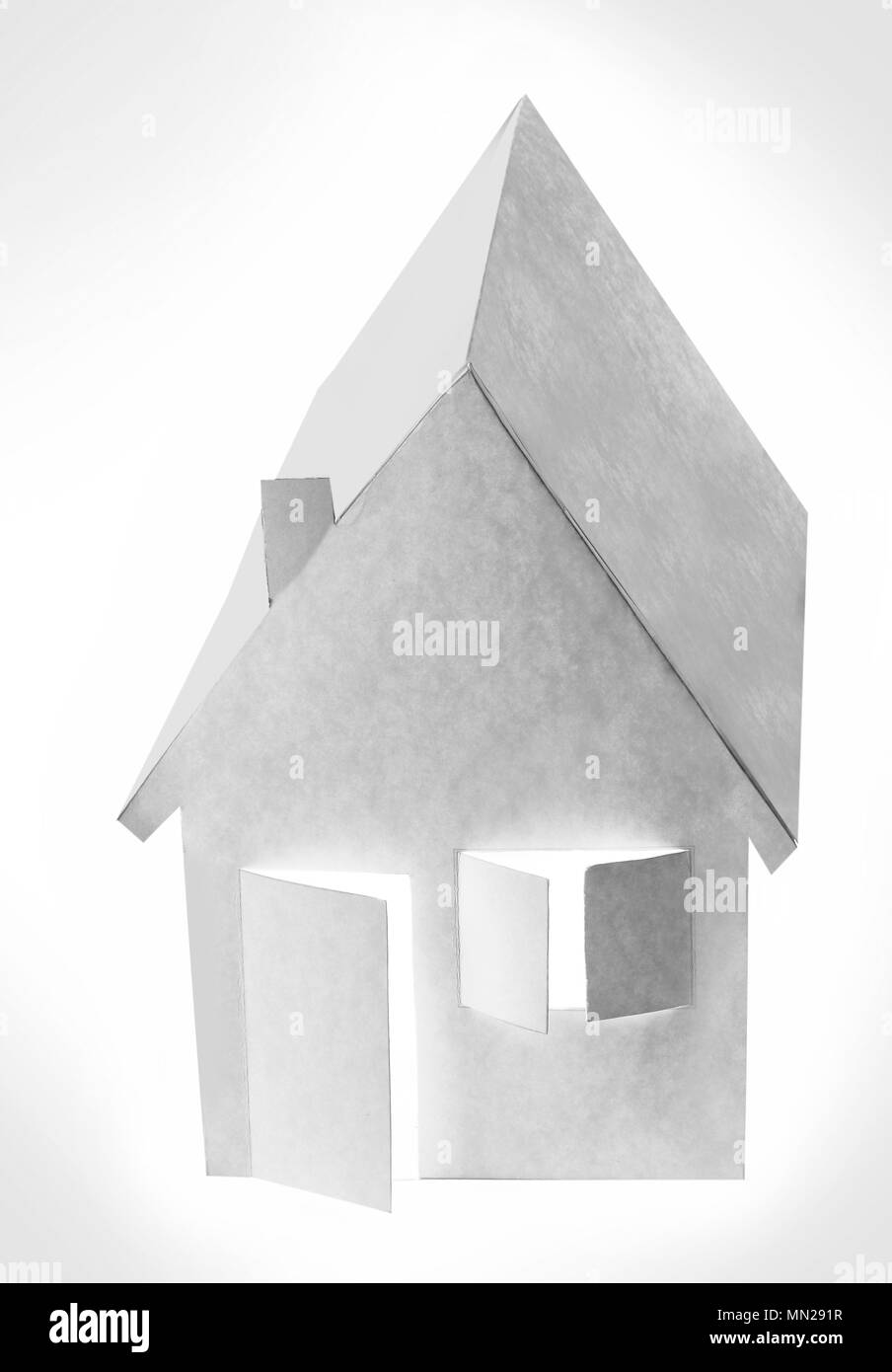 Papier Haus auf einen weißen Hintergrund mit Hintergrundbeleuchtung auf dem Fenster und Türen Stockbild