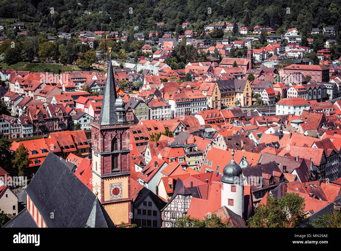 Malerische Sommer Antenne Panorama der Altstadt Stadt in Wertheim am Main, Bayern, Deutschland Stockbild