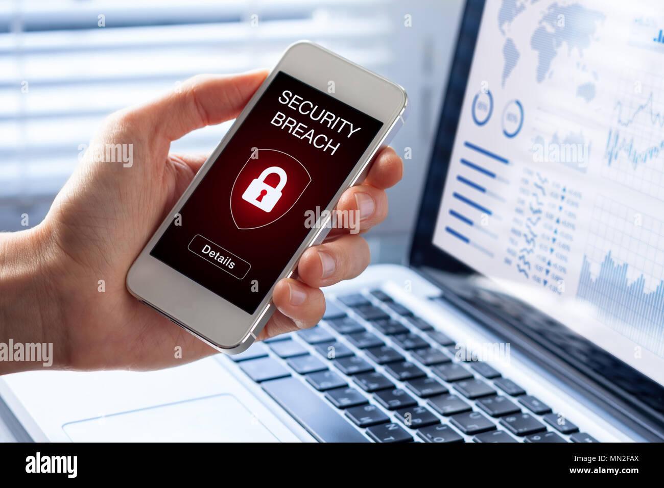 Verletzung der Sicherheit Warnung der Bildschirm des Smartphones, Gerät durch Internet Virus oder Malware infiziert nach Abwehr von Cyberattacken durch Hacker, betrugswarnung mit roten Vorhängeschloss i Stockbild