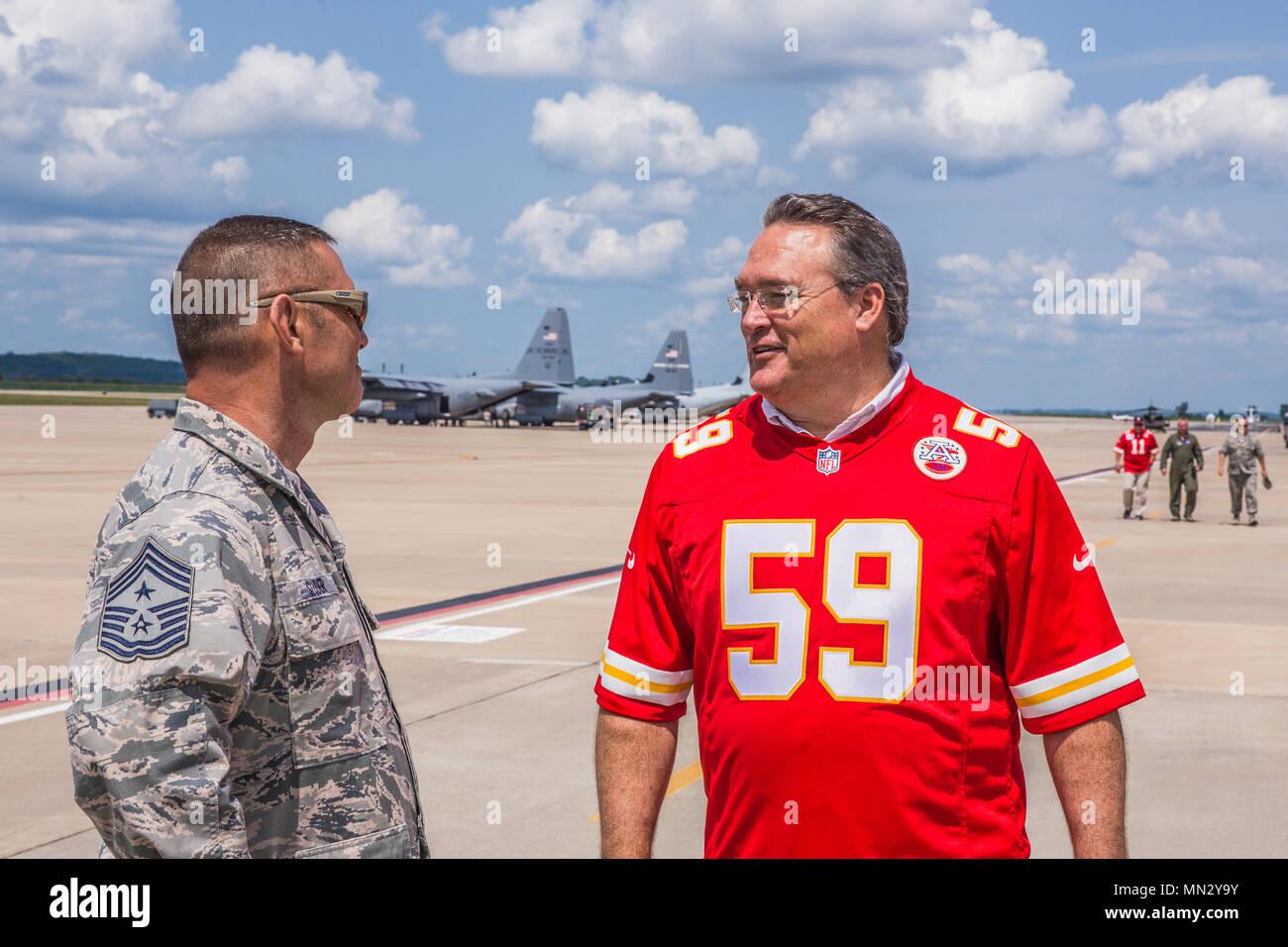 Gary Spani (rechts), ein pensionierter Kansas City Chiefs NFL Spieler Gespräche mit Chief Master Sgt. Joseph Sluder, command Chief Master Sergeant, Missouri Air National Guard, während einer Tour von Rosecrans Air National Guard Base, St. Joseph, Mo Aug 15, 2017. Der Besuch war Teil von einem McDonald's Restaurant Herz Amerikas Co-Op 15-Tour für lokale Wohltätigkeitsorganisationen. Pensionierter Leiter Spieler Tony Adams und Gary Spani waren anwesend, sowie aktuelle Cheerleadern des Teams. (U.S. Air National Guard Foto: Staff Sgt. Patrick Evenson) Stockbild