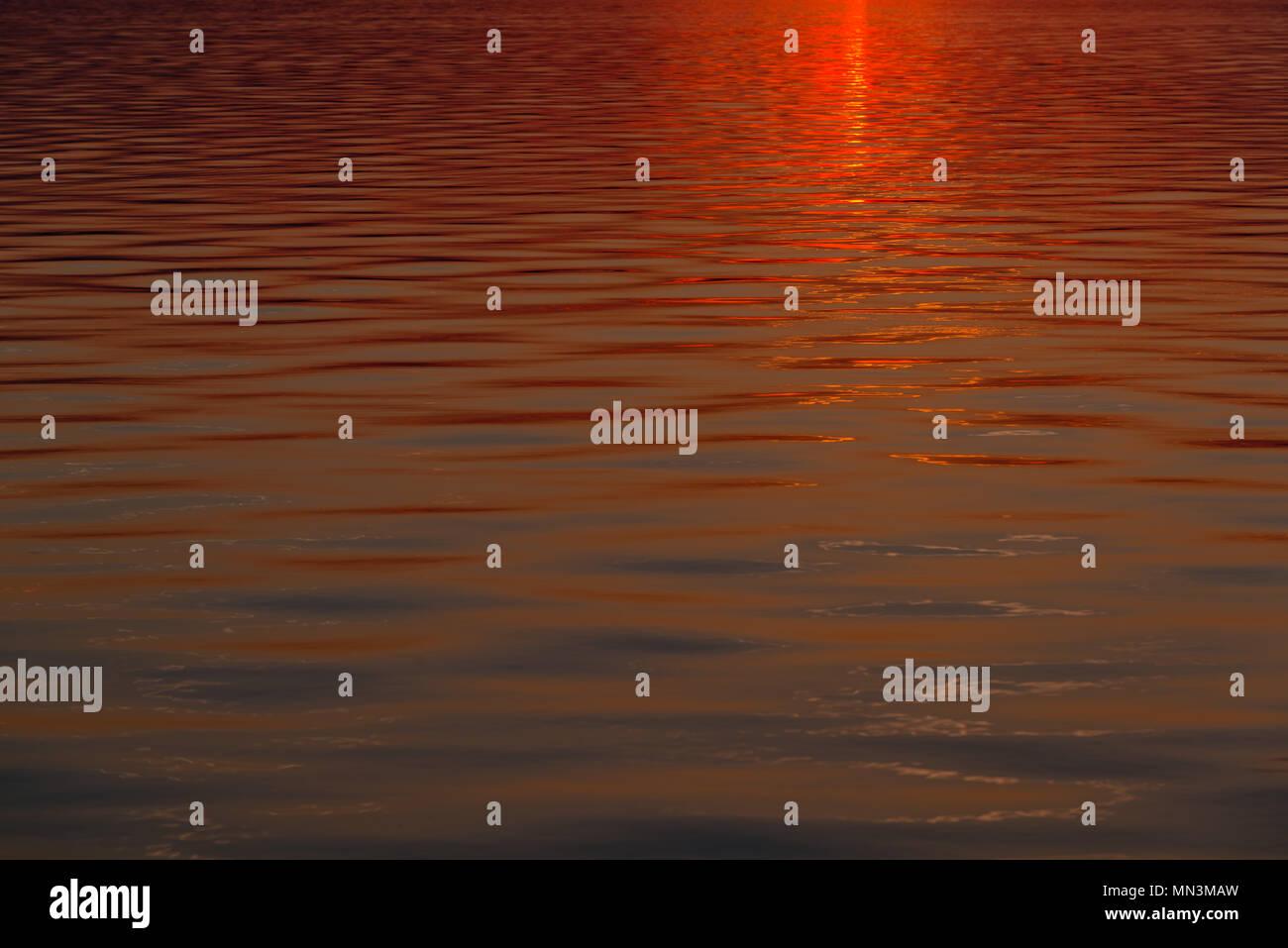 Eine friedliche Szene mit Wellen im Abendlicht, Ostsee, Altefähr auf der Insel Rügen, Eaast Deutschland, Deutschland, Europa, Stockbild