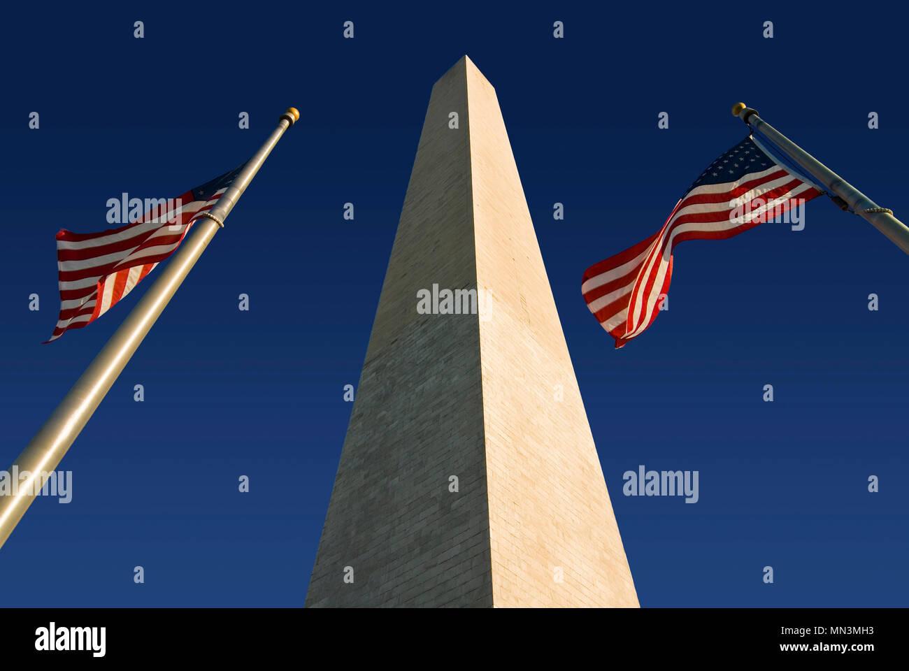 Das Washington Monument, flankiert von zwei amerikanische Flaggen. In Washington DC entlang der National Mall entfernt. Stockbild