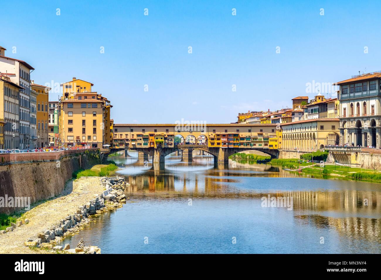 Ponte Vecchio (Alte Brücke) über den Fluss Arno in Florenz, Italien gegen einen wolkenlosen Himmel Stockbild