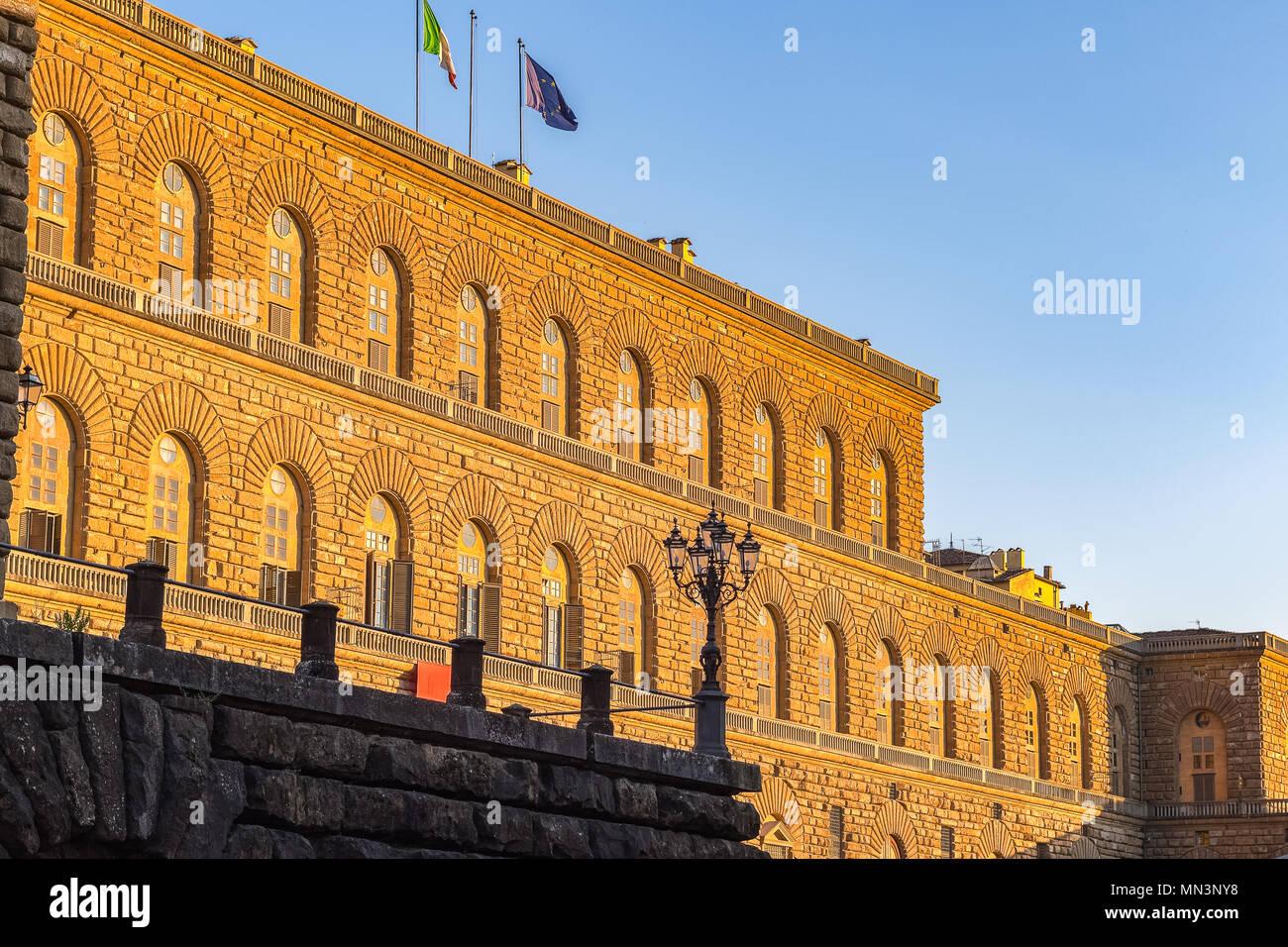 Goldenes Sonnenlicht auf die Fassade des Palazzo Pitti (Palazzo Pitti) in Florenz, Italien, bei Sonnenuntergang Stockfoto