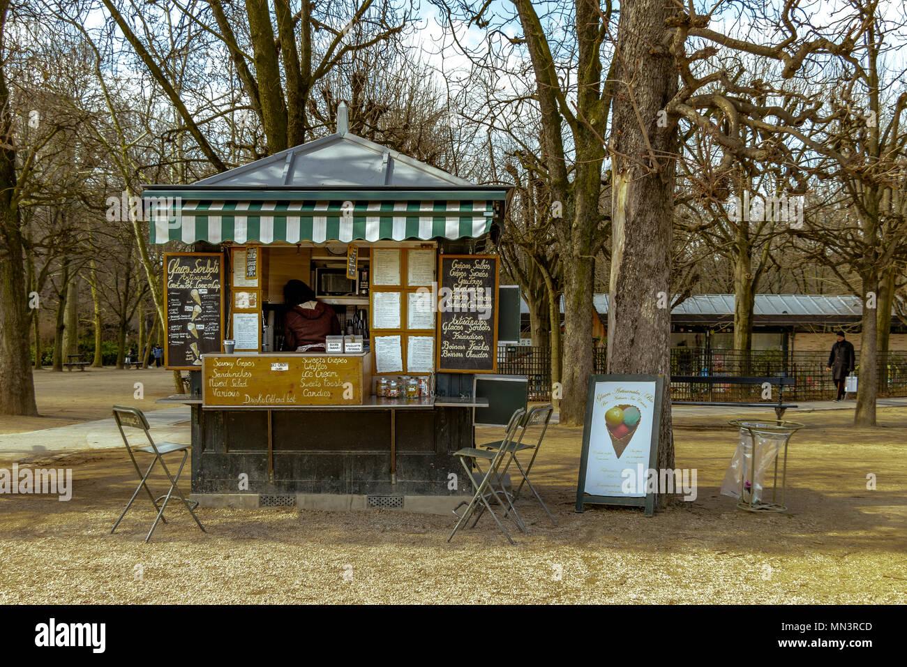 Kiosk Nr. 7 im Jardin du Luxembourg, der verkauft eine ...