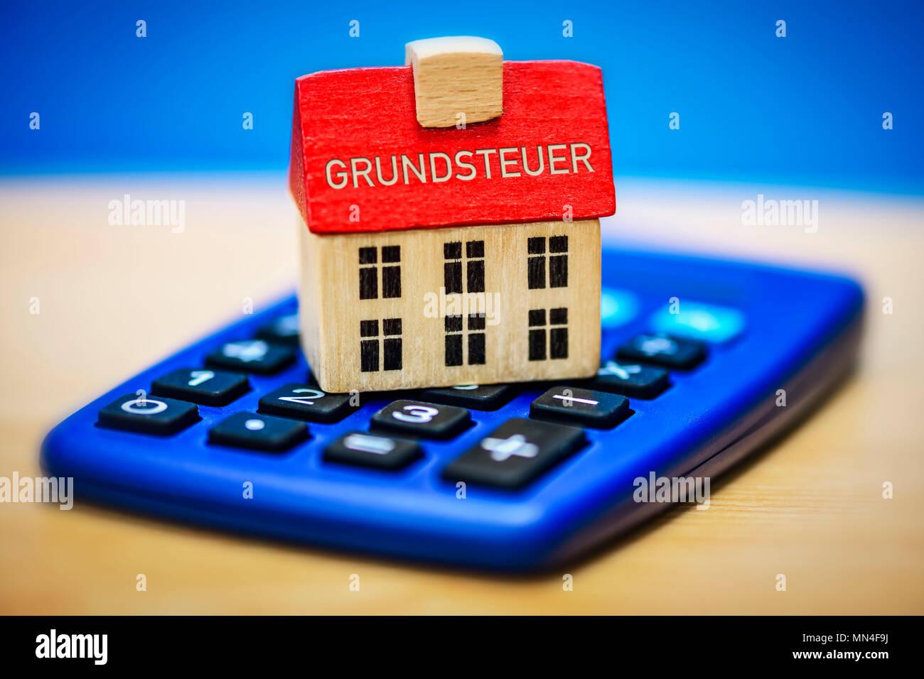 Haus auf einem Rechner, Grundsteuer, Haus auf einem Taschenrechner, Grundsteuer Stockbild