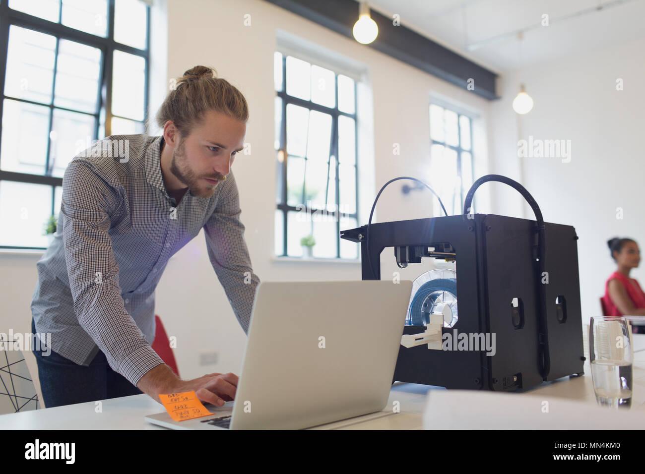 Mannliche Designer Bei Laptop Neben Dem 3d Drucker Im Buro Arbeiten