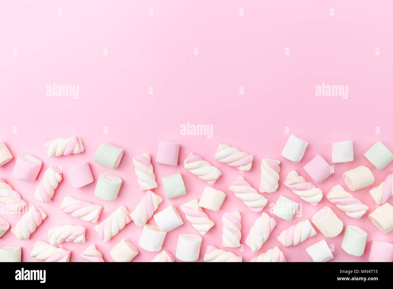 Verschiedenen Pastelltönen Marshmallows auf Rosa pastell Hintergrund mit kopieren. Ansicht von oben. Konzeptionelle Essen Trend Flach Stockbild