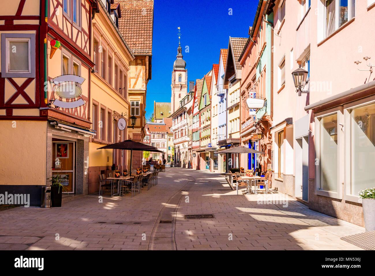Landschaftlich schöne Aussicht auf die Altstadt in Tauberbischofsheim - Teil der Romantischen Straße, Bayern, Deutschland Stockbild