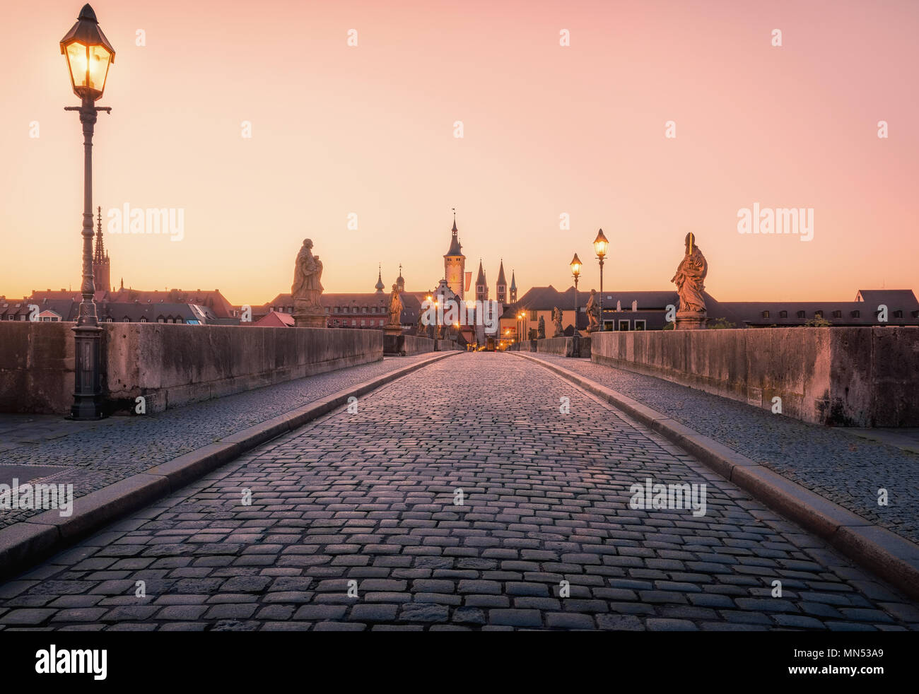 Malerische Sonnenaufgang morgen Blick auf die Alte Mainbrücke über den Main in der Altstadt von Würzburg, Bayern, Deutschland - Teil der Romantischen Straße Stockbild