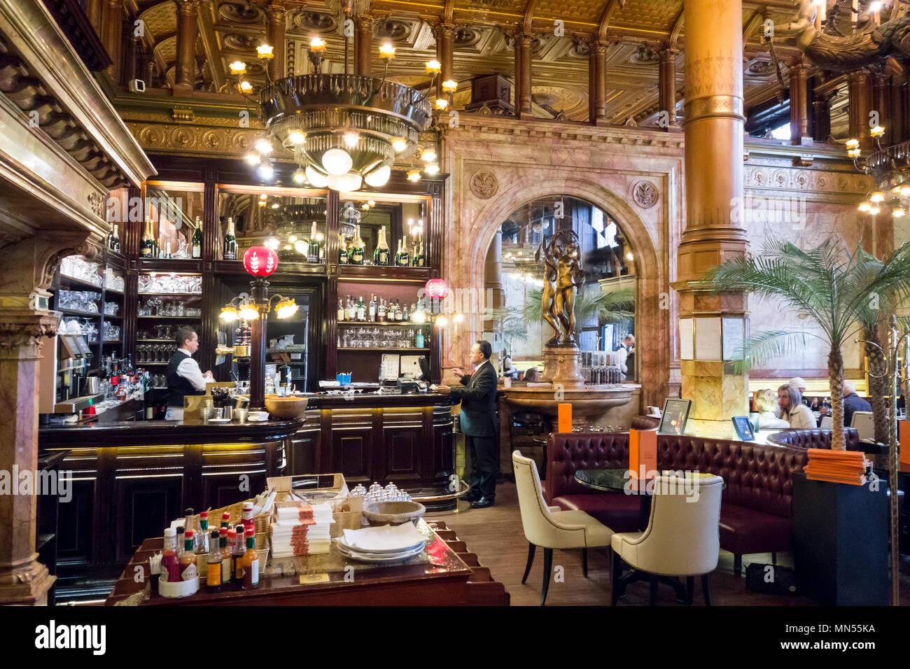 Innere des Café Metropole in Brüssel Stockbild