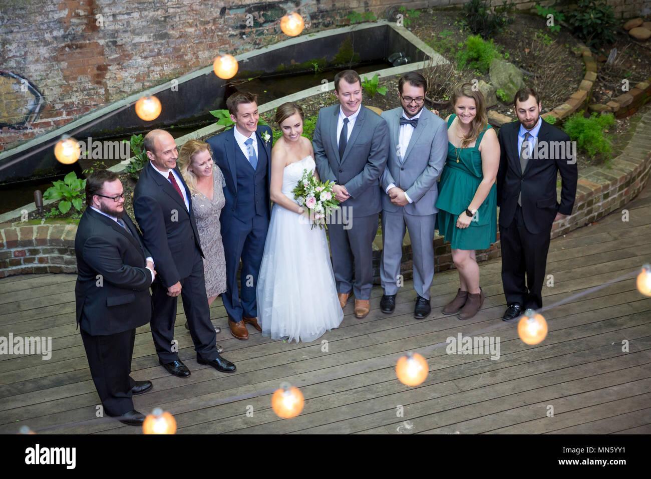 Bridal Partei stellt für Fotos nach der Trauung, Athens, Georgia, USA Stockbild
