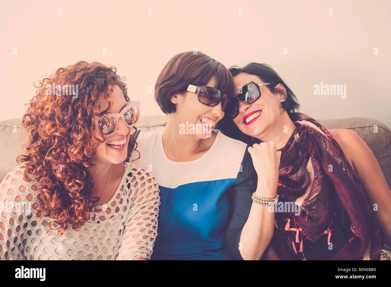 Drei Frauen kaukasischen Völker griup Spaß zu Hause mit Verrücktheit und Glück zusammen. Freundschaft Konzept zwischen Mädchen jung und schön. Hell v Stockfoto