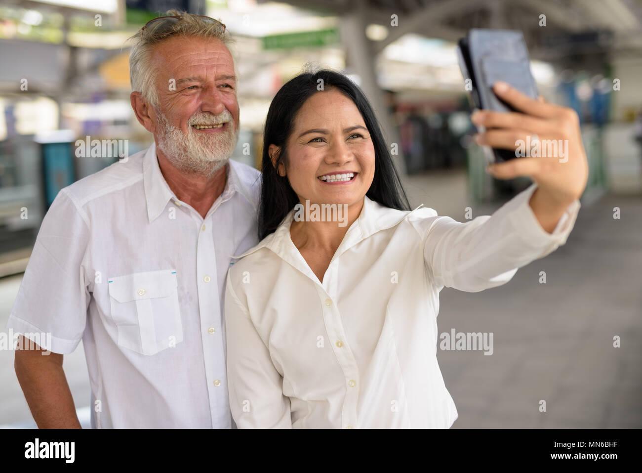 Ausgereifte multi-ethnischen Paar fröhlich und beim Erkunden der Liebe Stockbild