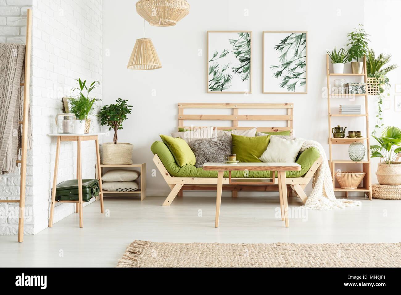 Tabelle und Pflanzen auf Holzregal in floralen Wohnzimmer