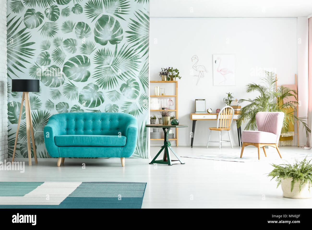 Geraumiges Zimmer Mit Lampe Neben Blaue Couch Gegen Grune Tapeten