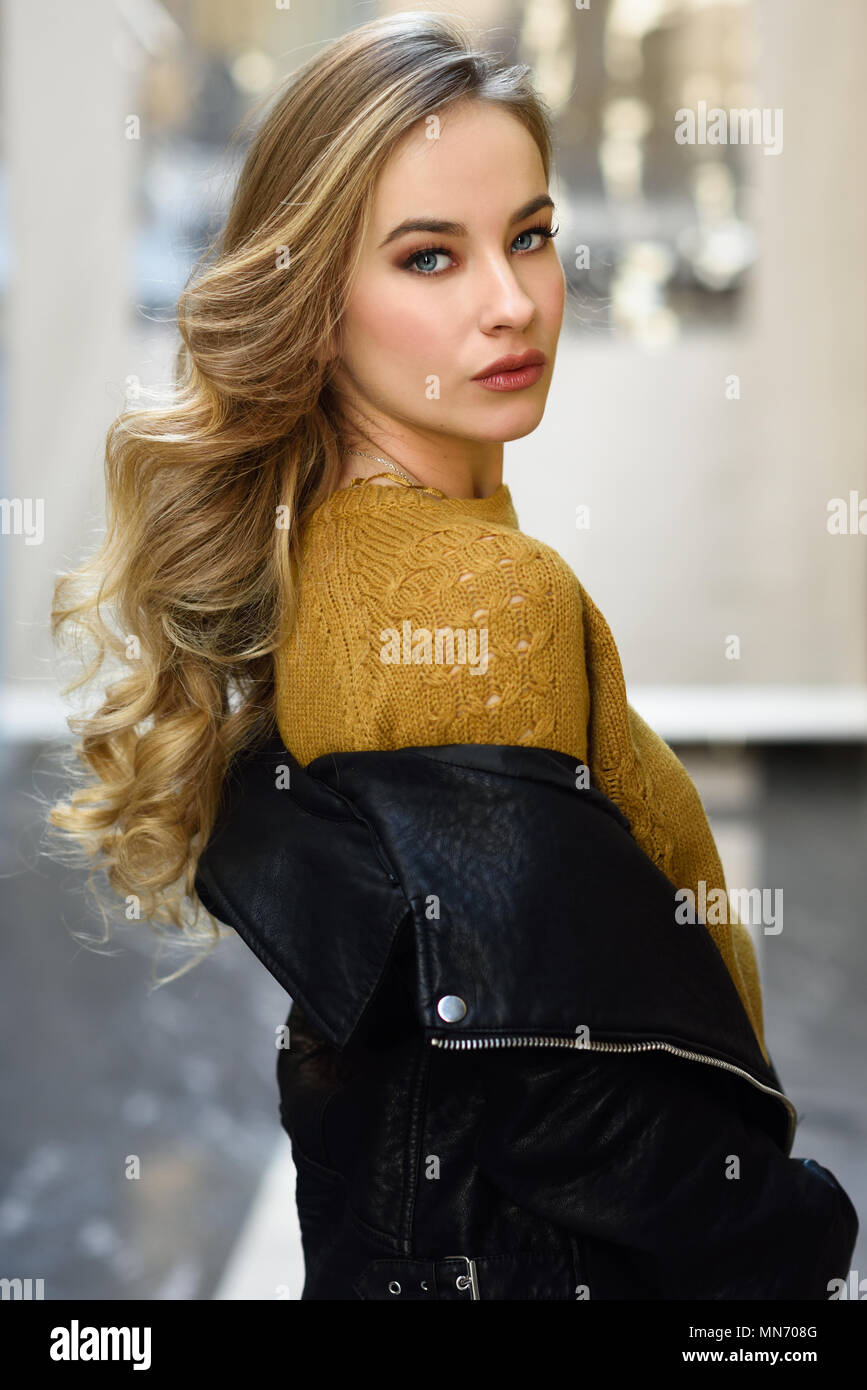 Blonde Frau Im Städtischen Hintergrund Schöne Junge Mädchen
