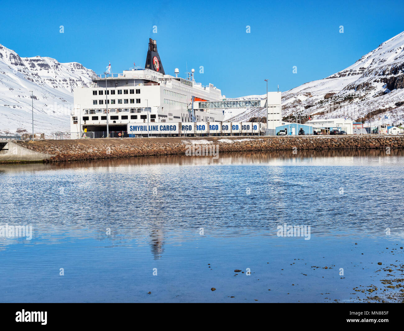 11. April 2018: Seydisfjördur, Osten Island - Smyril Line Fähre MS Norrona im Hafen an einem strahlenden Frühlingstag. Stockbild