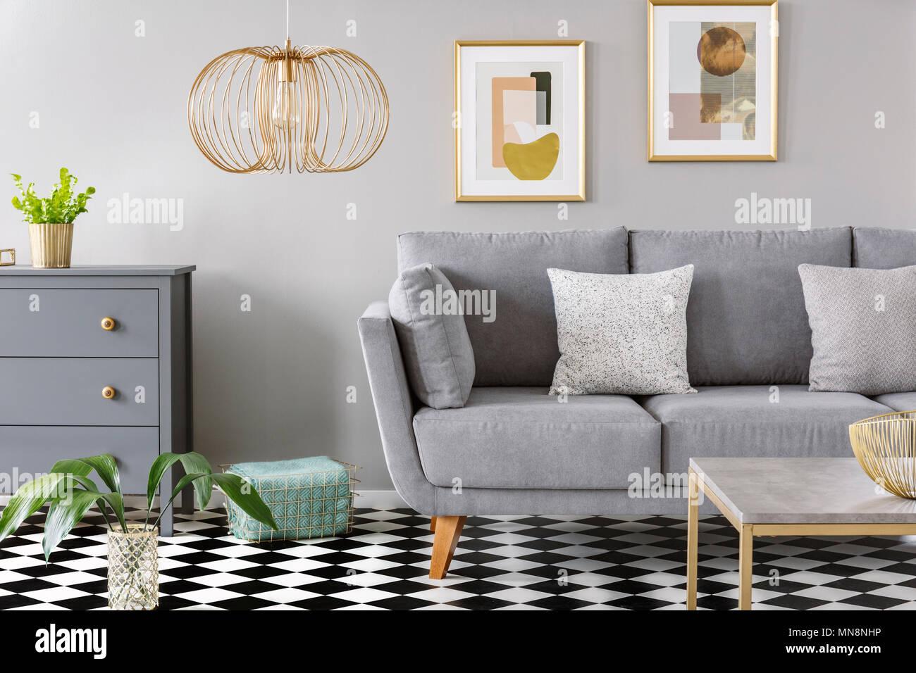 gold lampe in grau wohnzimmer interieur mit poster ber. Black Bedroom Furniture Sets. Home Design Ideas