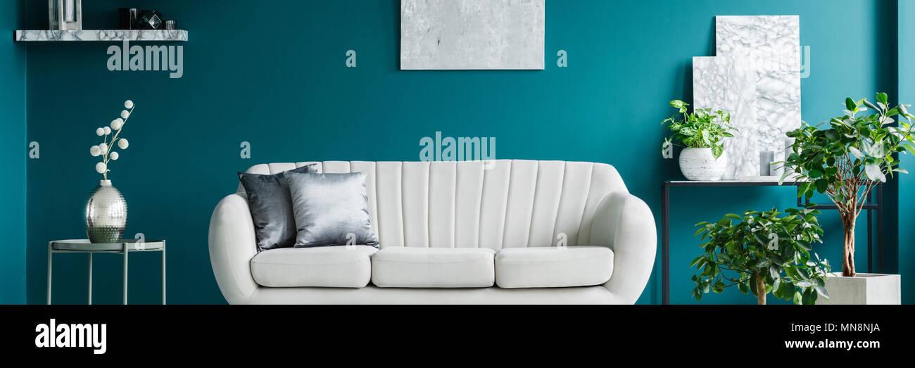 Helle Couch Mit Zwei Silbernen Kissen In Grun Wohnzimmer Interieur