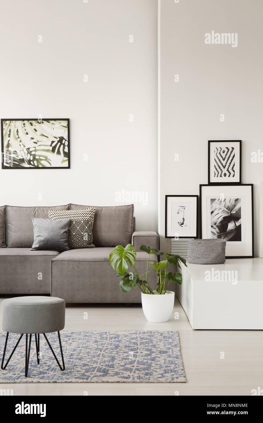 Einem Hocker Couch Kissen Auf Grau Mit Teppich Blauen Hinter Im DIW9e2YEH